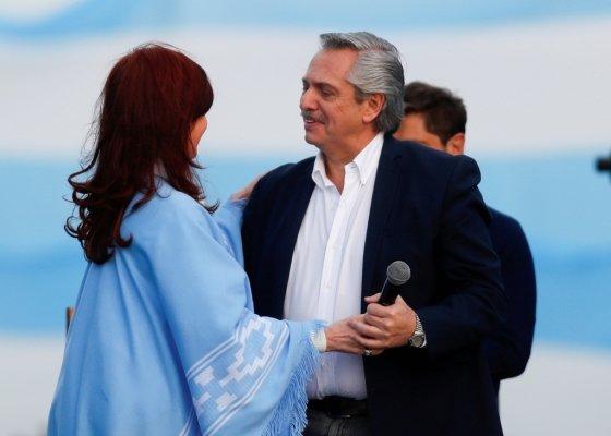 아르헨티나 '모두의전선' 소속 알베르토 페르난데스(오른쪽) 대통령 후보가 러닝메이트인 크리스티나 페르난데스 전임 대통령과 24일(현지시간) 선거 캠페인 연설을 하고 있다/사진=로이터