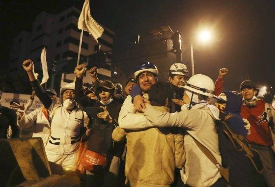 【키토=AP/뉴시스】13일(현지시간) 에콰도르 수도 키토에서 에콰도르 정부가 반정부 시위를 촉발한 유류 보조금 폐지 등 긴축정책을 철회하기로 했다는 소식에 시위대와 원주민들이 울먹이며 기뻐하고 있다.   레닌 모레노 대통령은 시위대가 요구해온 유류 보조금 폐지를 백지화하기로 했으며, 원주민 지도부와 함께 위원회를 구성해 양측 모두 동의하는 새로운 합의안을 마련하기로 했다. 2019.10.14.