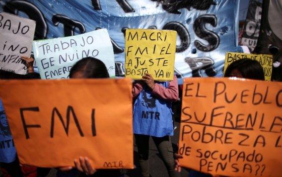 28일 치러진 아르헨티나 대선에서 알베르토 페르난데스 후보가 당선되자 한 지지자가 기뻐하며 눈물을 흘리고 있다. /사진=로이터.<br>