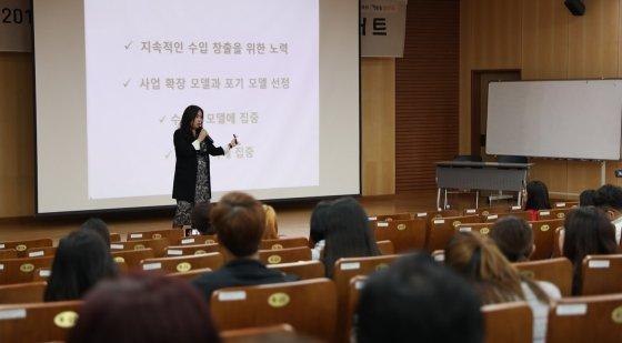 강연 중인 김은주 대표