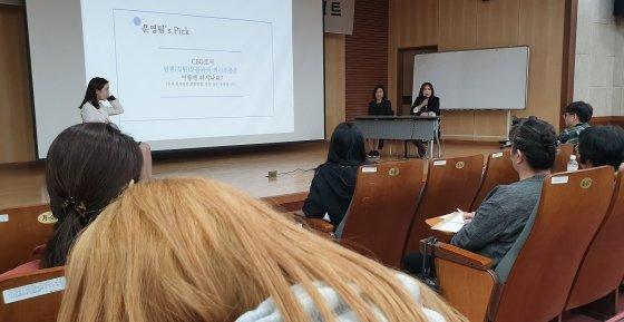 성주희 대표와 김은주 대표가 학생들에게 질문에 답을 하고 있다.