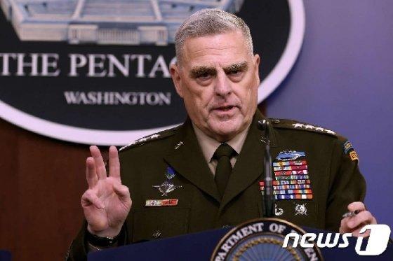 마크 밀리 미 합동참모본부 의장이 28일 국방부 브리핑에서 알 바그다디 습격 작전에 대해 발언하고 있다. © AFP=뉴스1