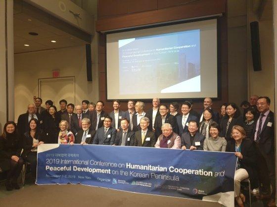1일(현지시간) 미국 뉴욕 맨해튼 소재 뉴욕대에서 열린 '대북인도협력 국제회의'에 참석한 국내외 전문가들이 행사 직후 기념촬영을 하고 있다./ 사진=이상배 뉴욕특파원