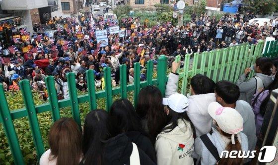 지난 10월23일 서울 인헌고등학교에서 열린 '인헌고등학교 학생수호연합' 기자회견에서 보수단체와 기자회견을 반대하는 학생들이 울타리를 사이에 두고 나뉘어 있다/사진=뉴스1
