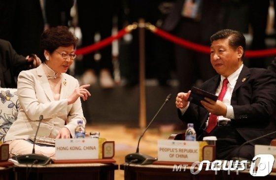 캐리 람 홍콩 행정장관(왼쪽)과 시진핑 중국 국가주석
