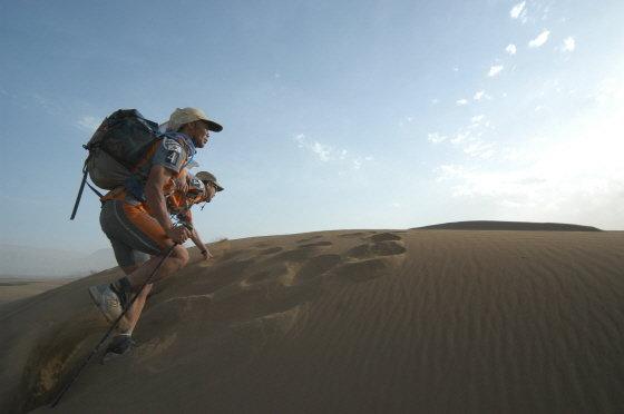 시각장애인 이용술씨와 빅듄(모레 언덕)을 넘는 장면/사진제공=Racing The Planet