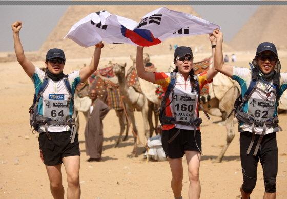 저자가 이끈 3인조 혼성팀 '프리덤'이 이집트 사하라 레이스 결승선을 향해가는 모습/사진제공=Racing The Planet