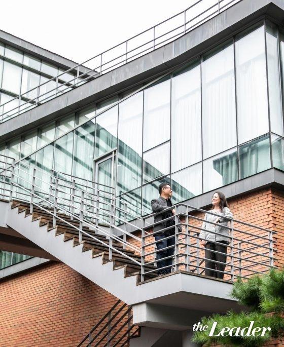 ▲ 에코넷센터 앞 근린공원에서 마주보이는 건물 계단에서 유석연 서울시립대 교수(오른쪽)과 장윤규 운생동 대표가 담소를 나누고 있다. /사진=더리더