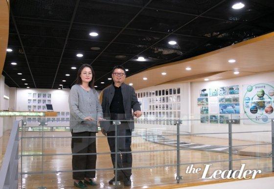 ▲유석연 서울시립대 교수(왼쪽)과 장윤규 운생동 대표가 담소를 나누고 있다. /사진=더리더
