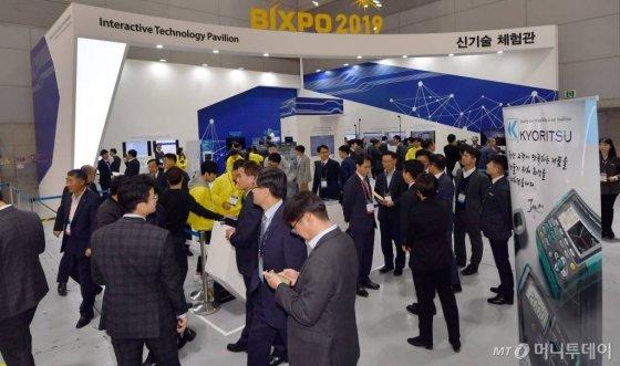 6일 오전 광주 서구 김대중컨벤션센터에서 한국전력 주관 '2019 빛가람 국제 전력기술 엑스포'(빅스포2019)가 막을 올린 가운데 관람객들이 전시물을 살펴보고 있다. /사진=뉴시스