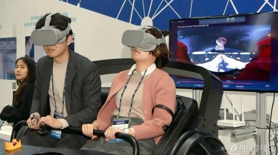 6일 오전 광주 서구 김대중컨벤션센터에서 한국전력 주관 '2019 빛가람 국제 전력기술 엑스포'(빅스포2019)가 막을 올린 가운데 관람객들이 가상현실(VR) 체험을 하고 있다. 2019.11.06./사진=뉴시스