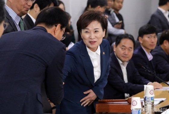 김현미 국토교통부 장관이 6일 정부세종청사 국토부 대회의실에서 열린 제6차 주거정책심의위원회에서 참석자들과 인사를 나누고 있다. /사진제공=뉴스1