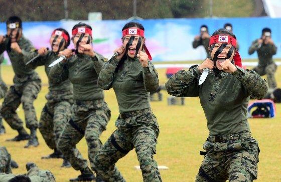 육·해군 특수전 부대 대원과 여군들이  충남 계룡대에서 열린 국군의날 행사 최종 리허설에서 특공무술 시범을 선보이고 있다.(자료사진) /사진=뉴스1