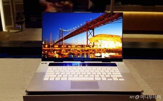 15.6형 초고해상도(UHD) OLED 디스플레이가 적용된 노트북/사진제공=삼성디스플레이