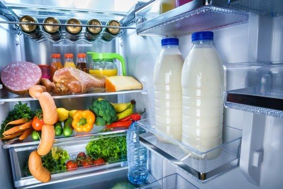 밀봉하지 않고 넣은 음식은 냉장고 냄새의 주범이다. 다만 소주는 뚜껑을 열고 넣으면 오히려 냉장고 안에 냄새를 잡을 수 있다. /사진= 이미지 투데이