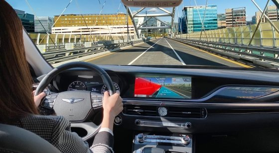 증강현실을 기반으로 주행경로 안내와 차로 이탈 경고 기능이 동시에 작동하고 있는 AR 내비게이션 콘셉트 이미지./사진제공=현대차그룹