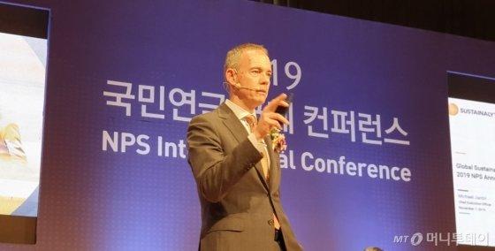 마이클 잔츠(Michael Jantzi) 서스테널리틱스 최고경영자(CEO)가 17일 전주 혁신도시 국민연금공단 본부에서 열린 '2019 국민연금 국제 컨퍼런스'에서 '글로벌 ESG(환경·사회·지배구조) 투자전략 동향'에 대해 발표하고 있다./사진=민동훈 기자