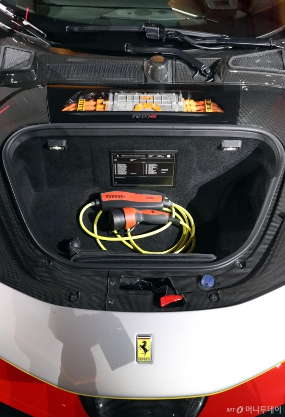 [사진]페라리 'SF90 스트라달레'의 트렁크 공간