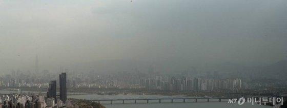 몽골 남부와 중국 북동부 지역에서 불어온 황사 영향으로 미세먼지 농도가 나쁨 수준을 보인 10월29일 오전 서울 도심이 뿌옇게 보이고 있다./사진=김창현 기자.