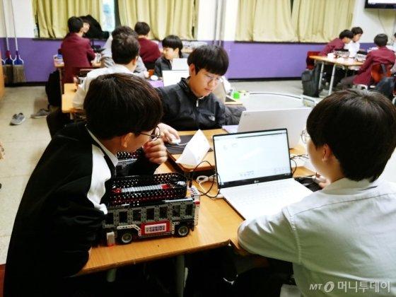 'LGCNS가 진행하는 '코딩 지니어스' 프로그램을 통해 서울 방이동에 위치한 보성중학교 1학년 6반 학생들이 EV3 수업을 듣고 있다. / 사진= 김지영 기자