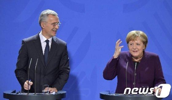 옌스 스톨텐베르그 나토 사무총장(왼쪽)과 앙겔라 메르켈 독일 총리. © AFP=뉴스1