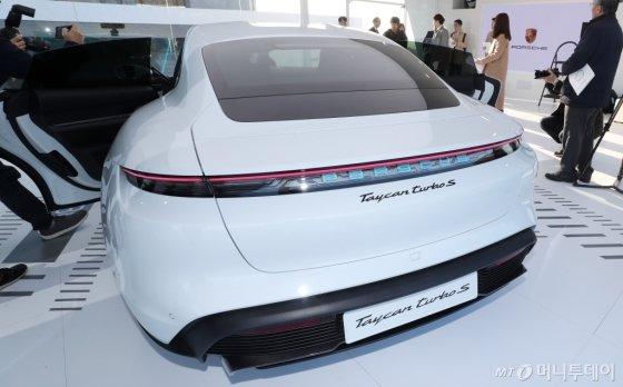 [사진]포르쉐 타이칸 터보 S '스포티한 뒷모습'