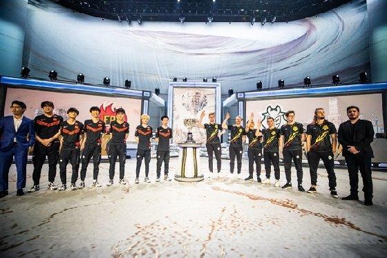 2019 롤드컵 결승전 진출에 성공한 펀플러스 피닉스(좌측 7명)와 G2 이스포츠(우측 7명)의 선수 및 코치진. /사진=라이엇 게임즈 제공<br> <br>
