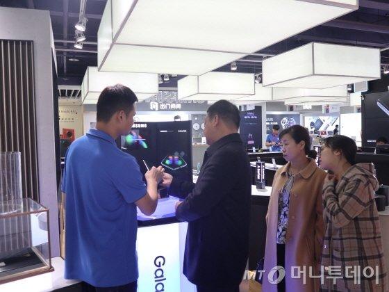 8일 중국 베이징 시단 소재 삼성전자 매장에서 직원이 갤럭스 폴드에 대해 설명을 하고 있다./사진=김명룡 기자