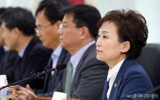 김현미 국토교통부 장관이 6일 정부세종청사 국토부 대회의실에서 열린 제6차 주거정책심의위원회에 참석하고 있다. /사진제공=뉴스1
