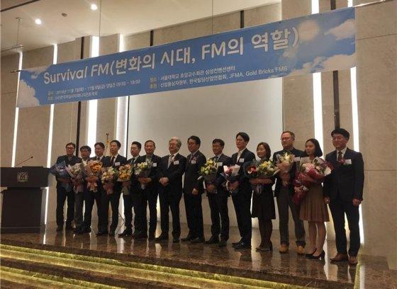 7일 서용식 수목건축 대표(왼쪽 여섯번째)가 한국FM대상 시상식 후 기념촬영하고 있다./사진= 수목건축
