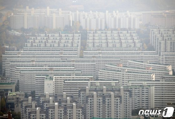 민간택지 분양가 상한제 대상으로 선정된 서울 강남구 대치동 아파트 전경. /사진제공=뉴스1