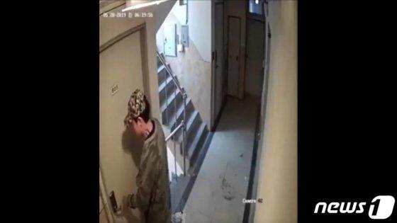 경찰이 이른바 '신림동 강간미수범' 영상 속 30대 남성을 긴급체포 했다.   서울 관악경찰서는 29일 오전 7시15분쯤 '강간미수 동영상' 속 남성 A씨(30)를 주거침입 혐의로 긴급체포했다고 밝혔다.   A씨의 범행은 지난 28일 사회관계망서비스에 '신림동 강간범 영상 공개합니다'라는 제목의 폐쇄회로 영상이 공개되면서 알려졌다.(유튜브 영상 캡처) 2019.5.29/뉴스1  <저작권자 © 뉴스1코리아, 무단전재 및 재배포 금지>