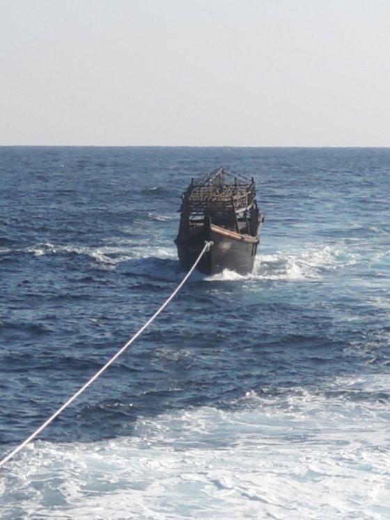 우리 선박이 북측 목선을 예인하는 모습 /사진=통일부 제공