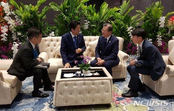 【방콕=뉴시스】박영태 기자 = 문재인 대통령이 4일 오전(현지시간) 태국 방콕 임팩트포럼에서 열린 '제22차 아세안+3 정상회의'에 앞서 아베 신조(왼쪽 두번째) 일본 총리와 사전환담을 하고 있다. (사진=청와대 제공) 2019.11.04.  photo@newsis.com