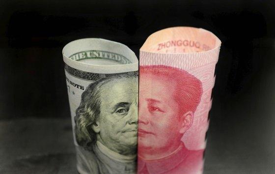 미국 달러와 중국 위안화 지폐/사진=로이터