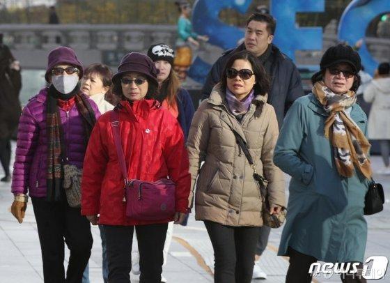 절기상 입동(立冬)인 8일 오전 서울 청계광장에서 두꺼운 옷을 입은 외국인 관광객들이 산책을 하고 있다.  / 사진 - 뉴스 1