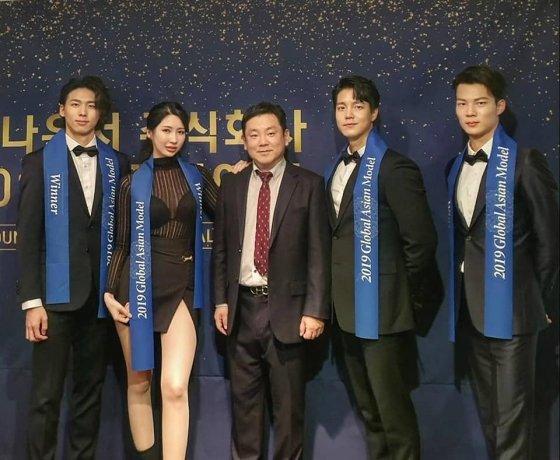(가운데) 박현웅 모아매니지먼트 대표와 탑 4.