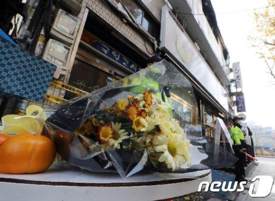 지난해 11월10일 오전 서울 종로구 관수동 고시원 화재현장 앞에 희생자들을 기리는 꽃이 놓여 있다./뉴스1 © News1 이재명 기자