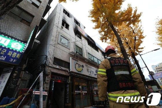 지난해 11월 서울 종로구 관수동 고시원 화재현장에서 소방관들이 수습 작업을 하고 있다. 2018.11.9/뉴스1 DB © News1 박세연 기자