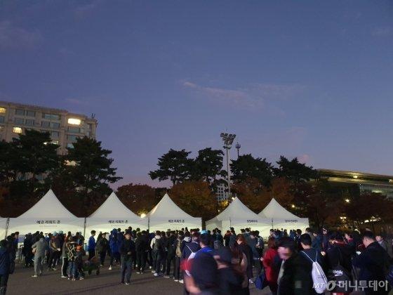 9일 오전 6시40분쯤 서울 여의도공원에서 열린 '롱기스트 런 인 서울'에 참여하기 위해 모인 사람들. /사진=이건희 기자