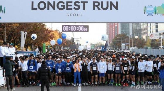9일 오전 서울 영등포구 여의도 도심 일대에서 머니투데이,현대자동차 주최로 열린 '롱기스트 런 인 서울'에서 참가자들이 출발 준비를 하고 있다. /사진=김휘선 기자