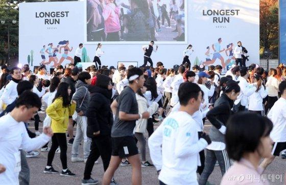 9일 오전 서울 영등포구 여의도 도심 일대에서 머니투데이,현대자동차 주최로 열린 '롱기스트 런 인 서울'에서 참가자들이 준비운동을 하고 있다. /사진=김휘선 기자