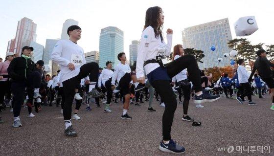 9일 오전 서울 영등포구 여의도 도심 일대에서 머니투데이, 현대자동차 주최로 열린 '롱기스트 런 인 서울'에서 참가자들이 준비운동을 하고 있다. /사진=김휘선 기자