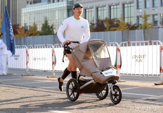 9일 오전 서울 영등포구 여의도 도심 일대에서 머니투데이, 현대자동차 주최로 열린 '롱기스트 런 인 서울'에서 김이든씨가 유모차를 밀고 달리는 모습. /사진=김휘선 기자