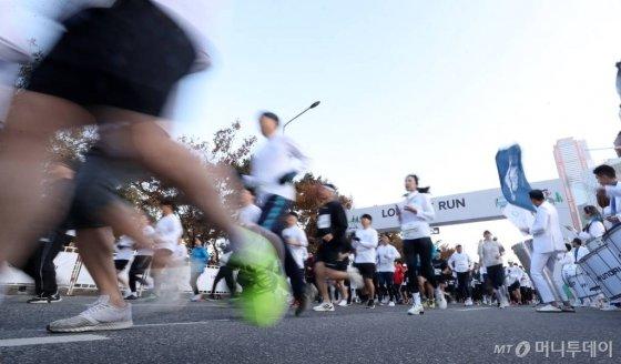 '롱기스트 런 인 서울' 행사에서 참가자들이 코스를 달리고 있다. /사진=김휘선 기자