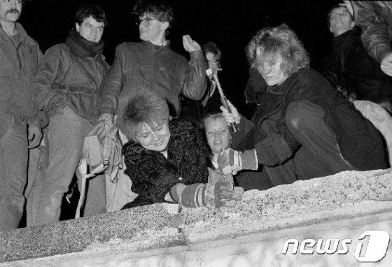 베르린 장벽을 부수는 독일 시민들 <자료 사진> © 로이터=뉴스1