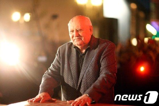 구 소련 공산당 서기장과 최초의 소련 대통령을 지낸 미하일 고르바초프가 베를린 장벽의 체크포인트 찰리를 방문했다.  © 로이터=뉴스1