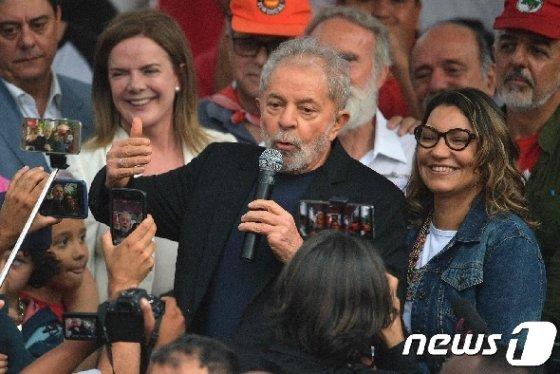 석방된 뒤 발언하는 룰라 다 실바 전 브라질 대통령. © AFP=뉴스1