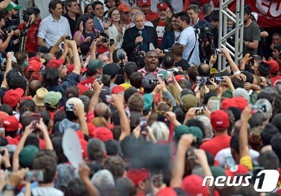 룰라 다 실바 전 브라질 대통령을 둘러싼 지지자들. © AFP=뉴스1