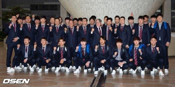 일본 출국에 앞서 포즈를 취한 야구 대표팀.<br> <br>